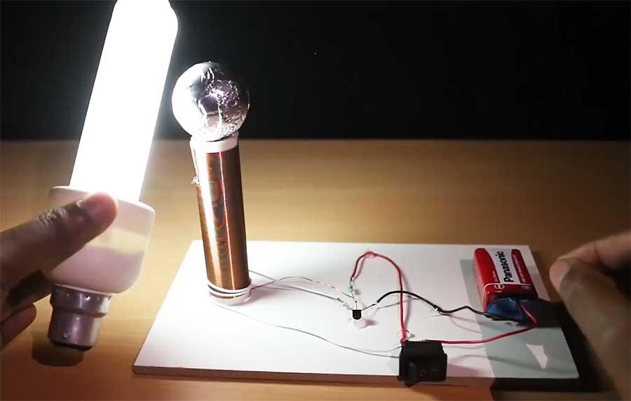 Горит лампа поднесенная к трансформатору Тесла